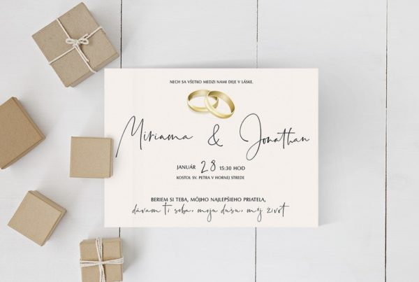 Jednoduché svadobné oznámenie v minimalistickom štýle na svetlo lososovom pozadí, s aktuálnou grafikou svadobných obrúčok a luxusným fontom na menách.